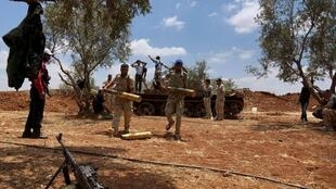 Des soldats de l'Armée syrienne libre préparent leurs munitions au cours d'une offensive contre les forces loyalistes dans la région de Deraa, le 25 juin 2015.