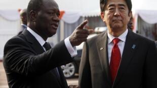 Le président de la Cote d'Ivoire Alassane Ouattara acceuile le Premier ministre japonais Shinzo Abe au Palais présidentiel à Abidjan le 10 janvier 2014