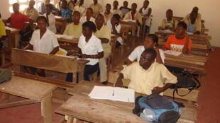En Côte d'Ivoire, une salle de classe d'élèves de l'enseignement secondaire.
