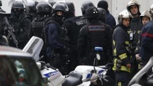 Agentes de cuerpos antiterroristas y un bombero en la escena del asesinato de una joven policía en París, el jueves 8 de enero de 2014.