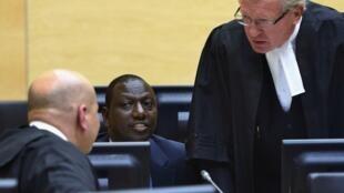 Naibu wa rais nchini Kenya William Ruto akiwa na mawakili wake