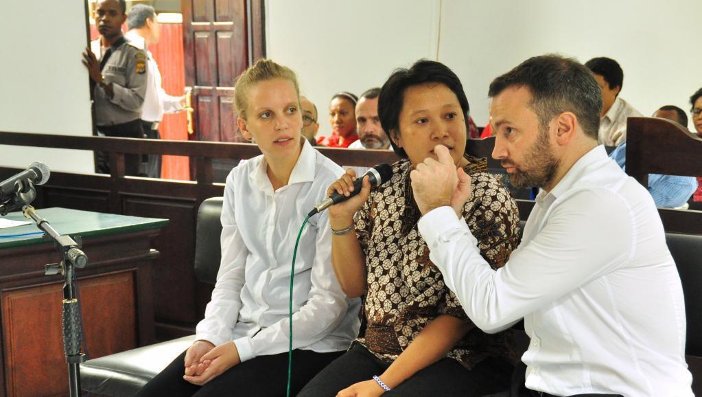 Les deux journalistes français Valentine Bourrat et Thomas Dandois avec une interprète lors de leur procès à Jayapura (Indonésie) en octobre 2014.