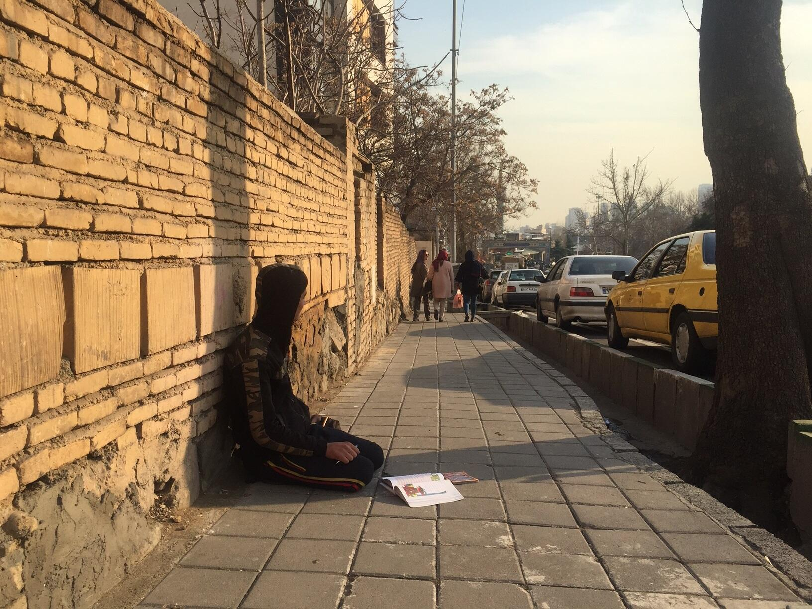 Un enfant dans une rue de Téhéran.
