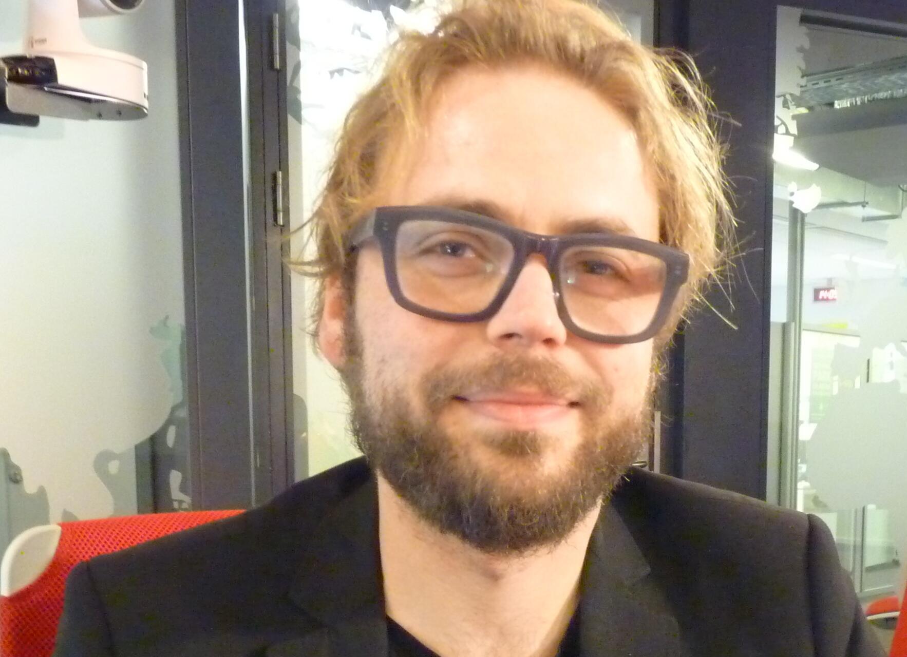 El artista andaluz Raúl Herrera en los estudios de RFI