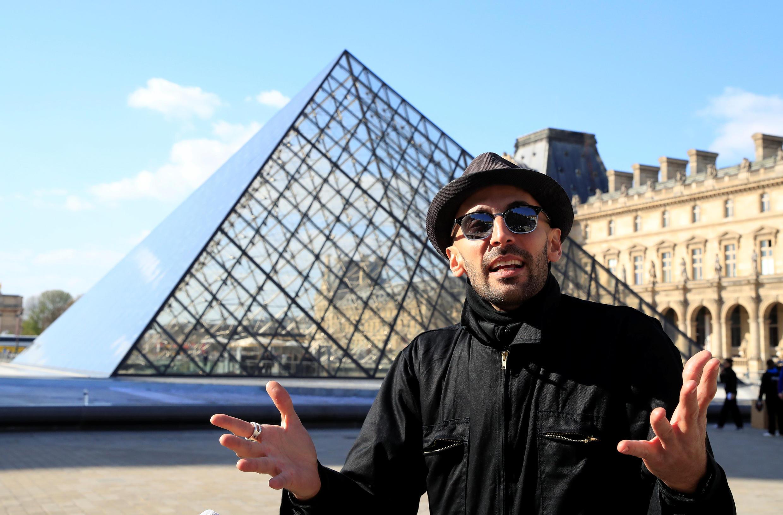 A pirâmide do Louvre celebra seu 30º aniversário: o artista JR prepara uma colagem surpresa para os franceses.