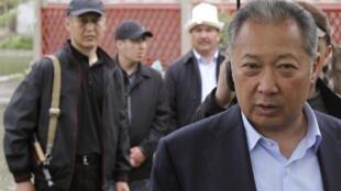 Курманбек Бакиев в родной деревне Тейит 15 апреля 2010. В этот день Бакиев вылетел из Киргизии в Казахстан.