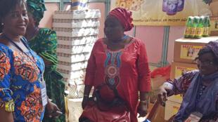 Madame Félicité M. Hounhouigan (au centre en robe rouge) née Djivoh, directrice de l'entreprise Magnificat, membre de la fédération nationale de transformateurs d'ananas du Bénin