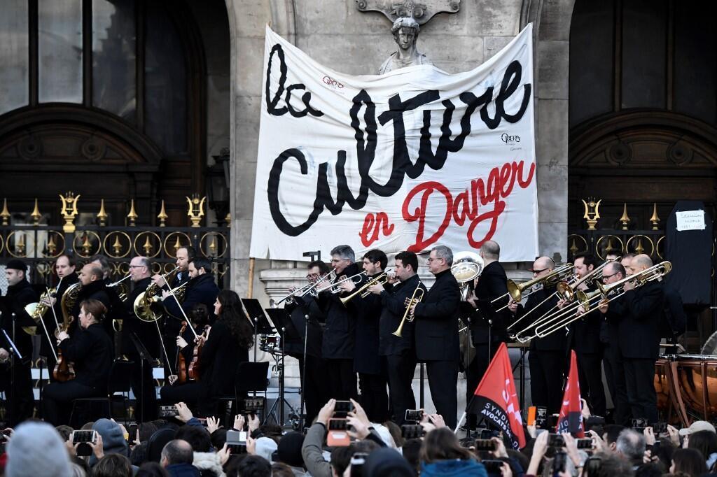 Un concert organisé par l'Opéra de Paris et la Comédie Française devant l'Opéra Garnier pour protester contre la réforme des retraites.