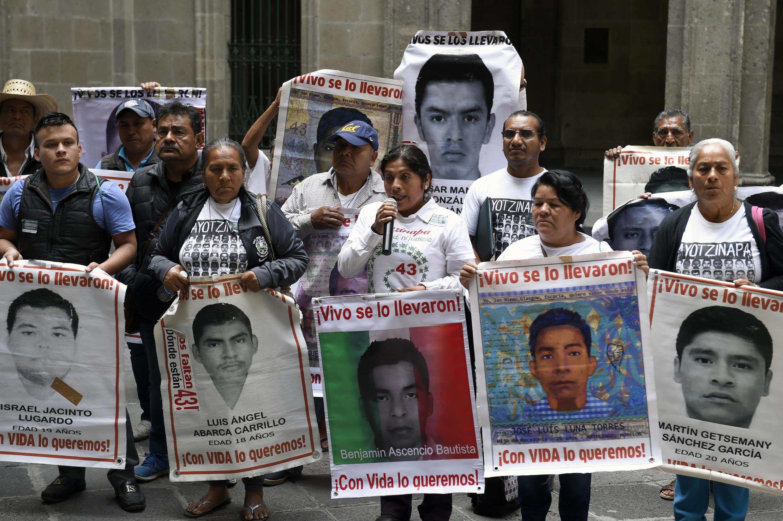 Familiares de los 43 estudiantes desaparecidos del Colegio de Maestros Rurales de Ayotzinapa hablan durante una conferencia de prensa en el Palacio Nacional, en Ciudad de México, el 5 de marzo de 2020