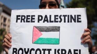 Les appels au boycott des produits israéliens se multiplient pour soutenir les Palestiniens. Ici, une manifestante en France, le 9 août.
