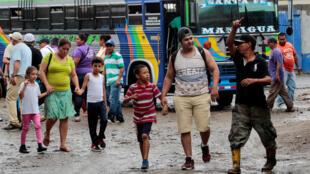 Des Nicaraguayens arrivent dans la ville de Penas Blancas, au Costa Rica, le 26 juillet 2018. 抵达哥斯达黎加的部分尼加拉瓜民众 2018年7月26日