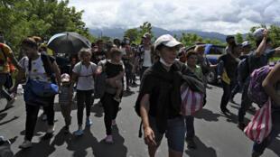 En route vers les Etats-Unis, ces migrants honduriens arrivent à Entre Rios, au Guatemala, après avoir passé la frontière, le 1er octobre 2020.