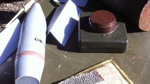 Exemple de composants d'une bombe artisanale (IED).
