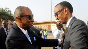 le président guinéen Alpha Condé (G) accueille le président rwandais Paul kagame à l'aéroport de Conakry, le 8 mars 2016.