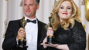 Ca sĩ Adele và nhà hòa âm Paul Epworth nhân kỳ trao giải Oscar - Reuters /Blake