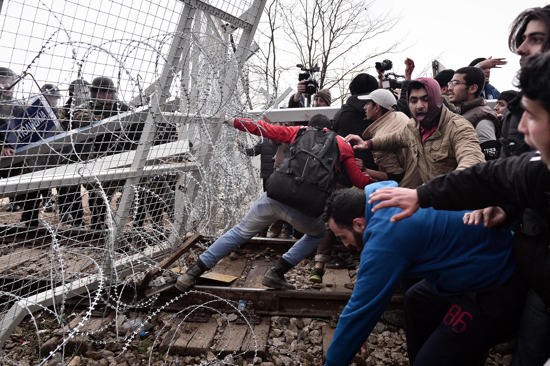 Hàng trăm người di cư tìm cách phá rào biên giới sang Macedonia ngày 29/02/2016.