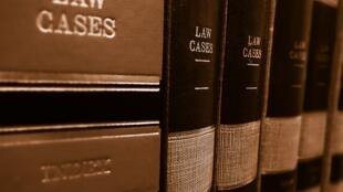 En Gambie, citer un texte de loi ou une décision d'une cour de justice lui demande de longues recherches.