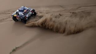 Le pilote Mini Stéphane Peterhansel dévale les dunes de la 11e étape du Dakar, pour rallier Yanbu, le 14 janvier 2021
