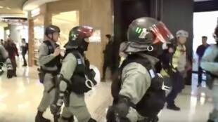 2019年12月21日,一群防暴警察衝入元朗商場,驅散紀念7.21黑社會打人事件的群眾,期間一些聖誕節的購物者紛紛走避,商場登時成為警察專享的場所。