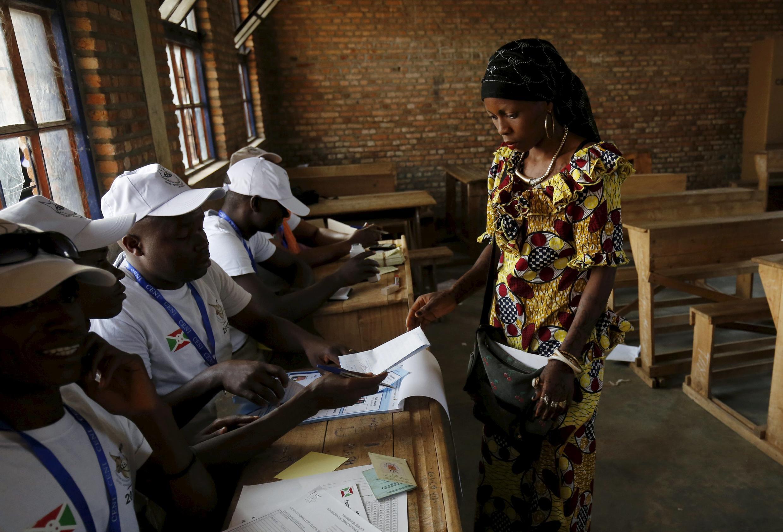 Une électrice, dans un bureau de vote de Bujumbura, pour l'élection présidentielle, le 21 juillet 2015 (image d'illustration)..