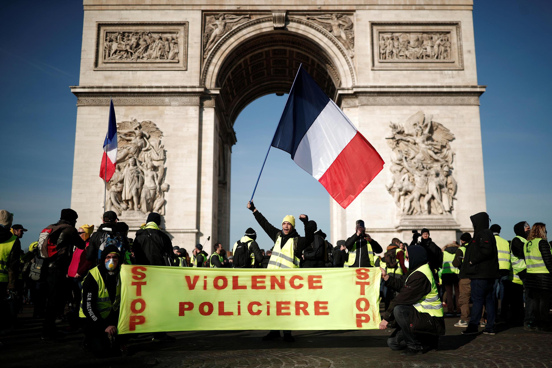 """16/02/19- Milhares de """"coletes amarelos"""" se manifestaram neste sábado (16) em Paris e em várias cidades na França, três meses após o início deste protesto, que persiste apesar de um início de cansaço na opinião pública."""