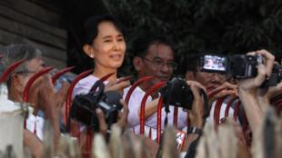 La Prix Nobel de la paix, Aung San Suu Kyi, devant sa maison à Rangoon où elle était placée en résidence surveillée depuis 7 ans, s'adresse à ses partisans, le 13 novembre 2010.