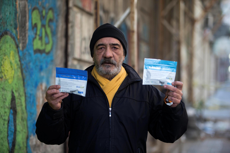 Un hombre muestra la marihuana legalmente comprada en una farmacia de Montevideo, el 19 de julio de 2017.