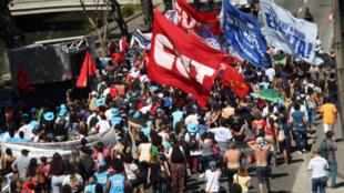Organizaciones sindicales desfilan en las calles de Río de Janeiro para protestar contra la nueva ley laboral. Río de Janeiro, 10 noviembre 2017.