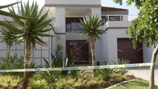 A casa  onde o atleta paralímpico sul-africano Oscar Pistorius matou a tiros sua namorada em 14 de fevereiro de 2013 será colocada a venda em Pretória.