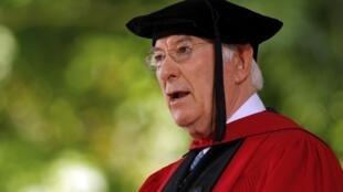 Seamus Heaney recita um de seus poemas na Universidade de Harvard em maio de 2012.
