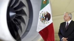 Le président mexicain Andres Manuel Lopez Obrador, en conférence de presse à l'aéroport de Mexico. L'avion présidentiel est en fond.