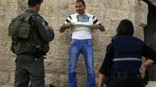 Kijana wa Kipalestina akikaguliwa na askari polisi wa Israel kwenye mpaka na mji mkongwe wa Jerusalem Mashariki, Oktoba 13, 2015.