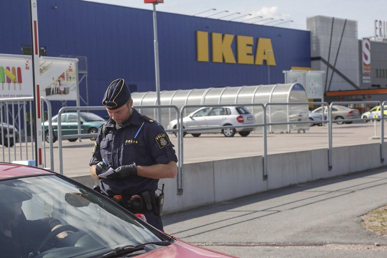 Неизвестный напал на покупателей магазина Ikea в шведском городе Вестерос, 10 августа 2015.