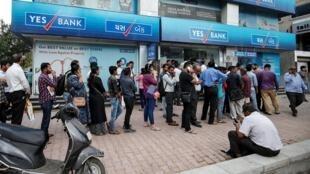 File d'attente devant une succursale Yes Bank à Ahmedabad, en Inde, le 6 mars 2020.
