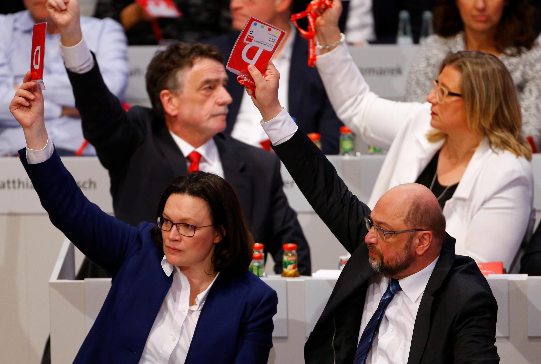 Lãnh đạo đảng SPD Martin Schulz (P) trong cuộc bỏ phiếu tại Bonn, ngày 21/01/2018.