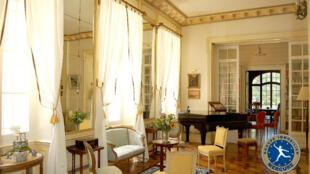 Sala de um palacete à venda em um bairro elegante de Paris.