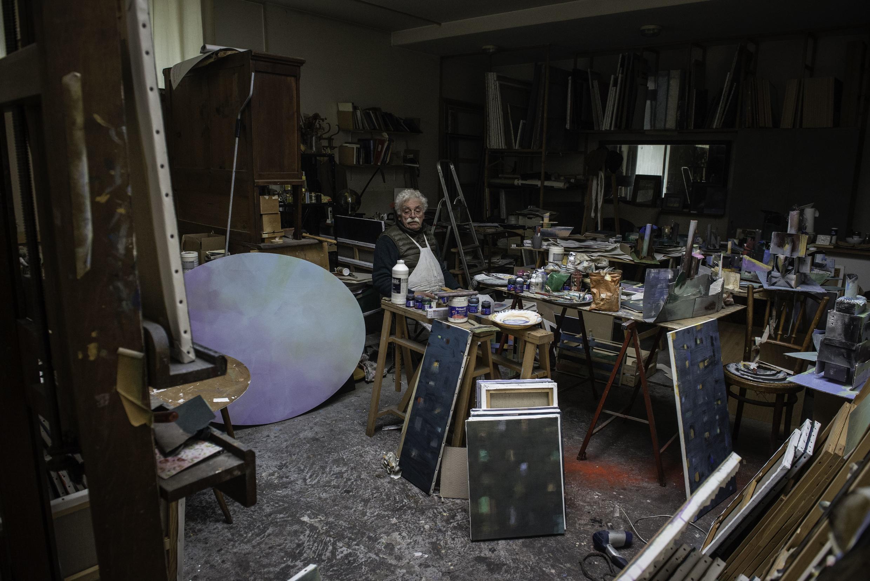 El pintor argentino Mario Gurfein, aquí en su taller de París, participó en la toma de la Escuelas de Bellas Artes en mayo del 68 en París. Realizó un de los numerosos afiches en contra del general De Gaulle.