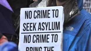 Une manifestatnte à Melbourne proteste contre la nouvelle politique d'immigration, le 20 juillet 2013.