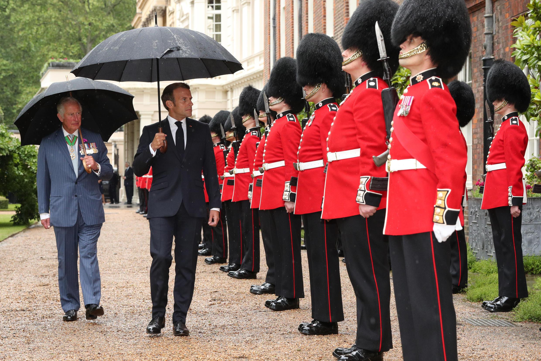 Recebido sob uma chuva leve pelo príncipe Charles, Macron seguiu depois para o número 10 da Downing Street, onde se encontrou com o primeiro-ministro britânico Boris Johnson.