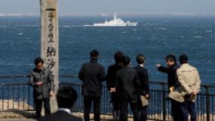 Tàu tuần duyên Nhật PS08 Kariba, ngoài khơi Cape Nosappu thuộc Nemuro, đảo Hokkaido, với 1 phần các đảo tranh chấp mà Nhật gọi là Lãnh thổ Phương Bắc và Nga là Nam Kuril được thấy ở phía xa. Ảnh 14/04/2017.