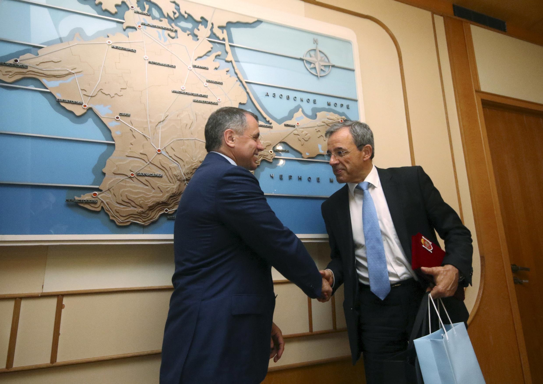 Спикер крымского парламента В. Константинов принял визит французских парламентариев во главе с Т. Мариани (справа) за подарок