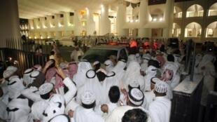Les manifestants ont forcé les portes et pénétré dans la salle principale  du bâtiment où ils ont entonné l'hymne national, avant d'en ressortir quelques  minutes plus tard. A Koweit, le 16 novembre 2011.