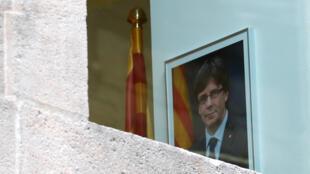 Un retrato del destituido presidente catalán Carles Puigdemont en el interior del Palacio de la Generalitat, en Barcelona, España, el 30 de octubre de 2017.