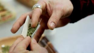 Hoy en día, la posesión de cannabis, aunque sea poco, es un delito. Las penas pueden ir hasta un año de prisión y/o 3.750 euros de multa.