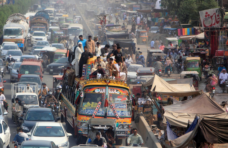 圖為巴基斯坦開齋日拉合爾公路交通景象