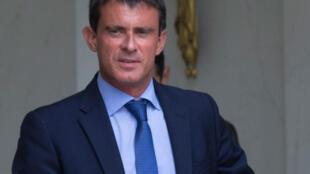 O primeiro-ministro, Manuel Valls, sai do primeiro conselho dos ministros do novo governo, na manhã desta quarta-feira (27).