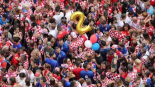 Accueil délirant à Zagreb pour les joueurs de l'équipe nationale croate par la foule des supporters, lundi 16 juillet 2018.