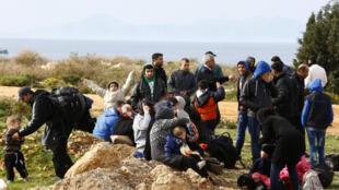 Refugiados sírios esperam poder embarcar para Europa em uma praia na cidade costeira de Didim, Turquia, 09 de março de 2016.