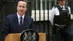 El primer ministro británico, David Cameron, anuncia frente al N° 10 de Downing Street que formará un nuevo gobierno, Londres, 8 de mayo de 2015.