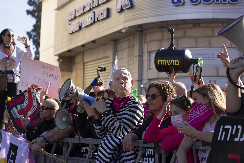 Des manifestants anti-Netanyahu devant le tribunal où ce dernier est jugé pour corruption, le lundi 8 février 2021.